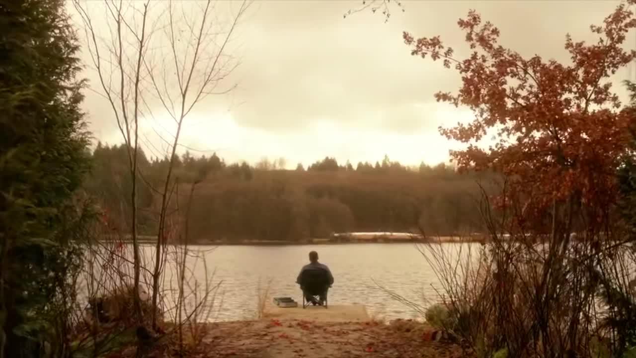 男子在河边钓鱼,天使突然出现,并递给他一张字条