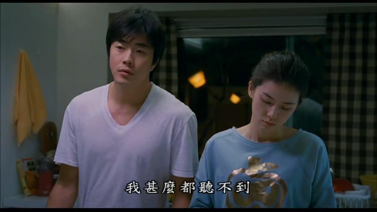 两人正在擦碗,男子说了一句话后,女子的反应太有爱了