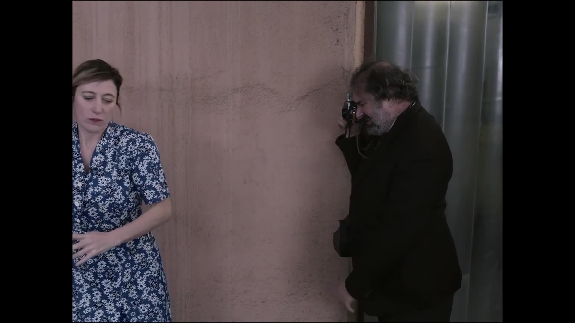 为了拍个笑脸,男子用这样的方法逗女孩开心,有意思