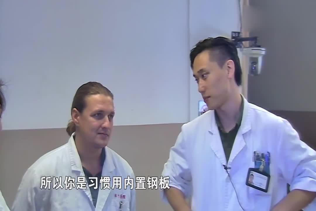 外国医生用了外置固定支架和钢钉来固定骨头