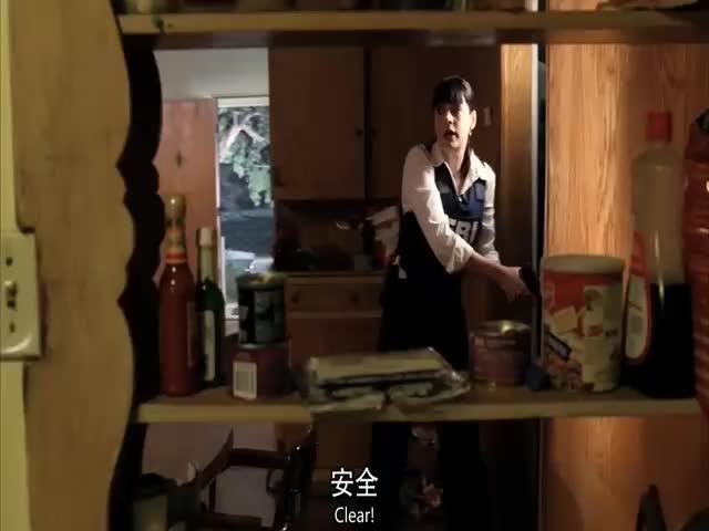 男子和美女警探正在房间搜查,一个声音传来,他们慌忙跑出房间