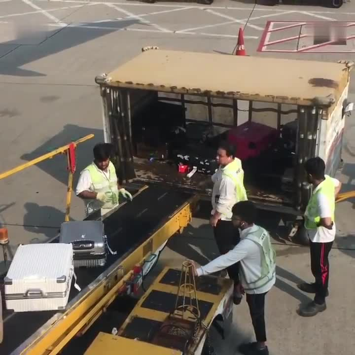 就这样对待我们的行李  网友们表示很愤怒
