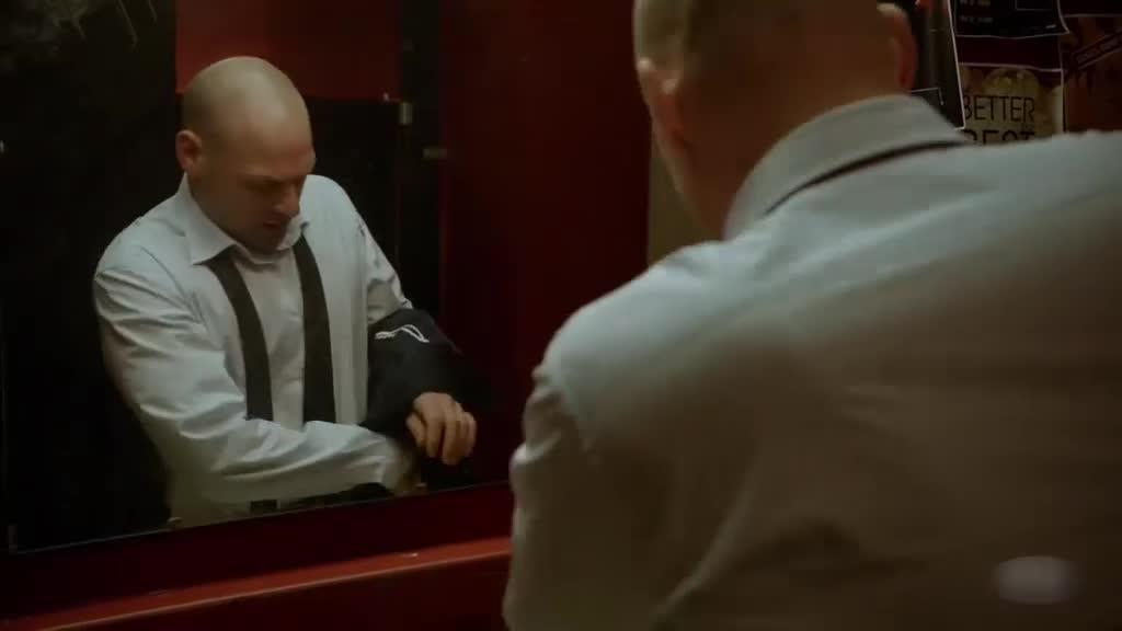 这男的真是纯爷们,不打麻醉自己治伤,看着都疼啊