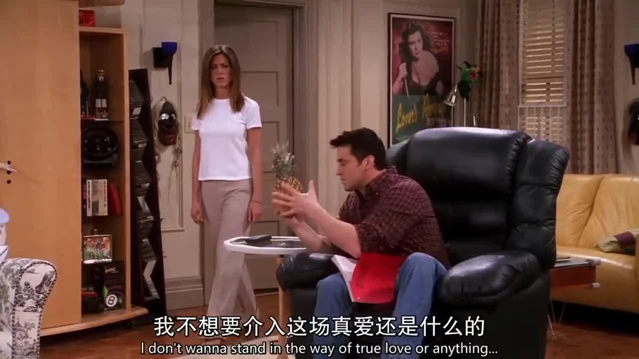 男子对着菠萝自言自语,女子表示无语,不料他是在对台词