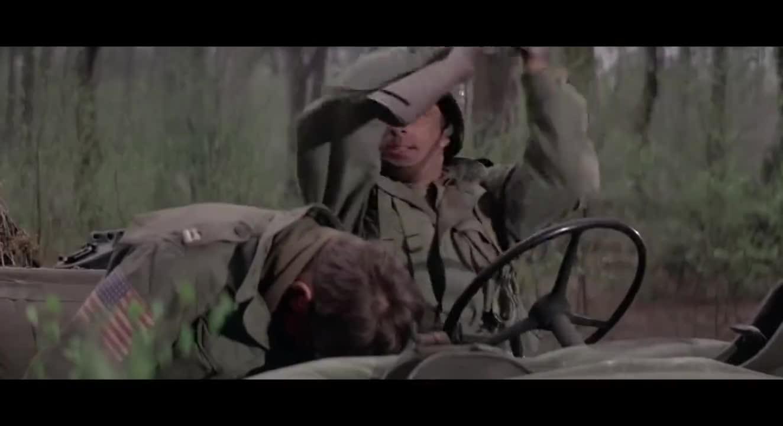 #经典看电影#侦察兵驾驶吉普车冲进德军营地,如入无人之境
