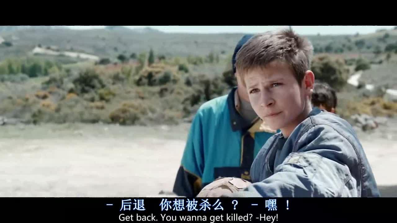 小男孩想夺回自己的球,没想到却被人这么对待,太欺负人了