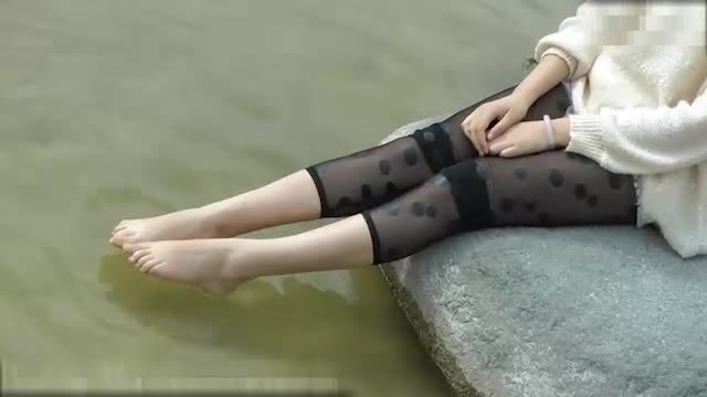 美女佳佳在戏水