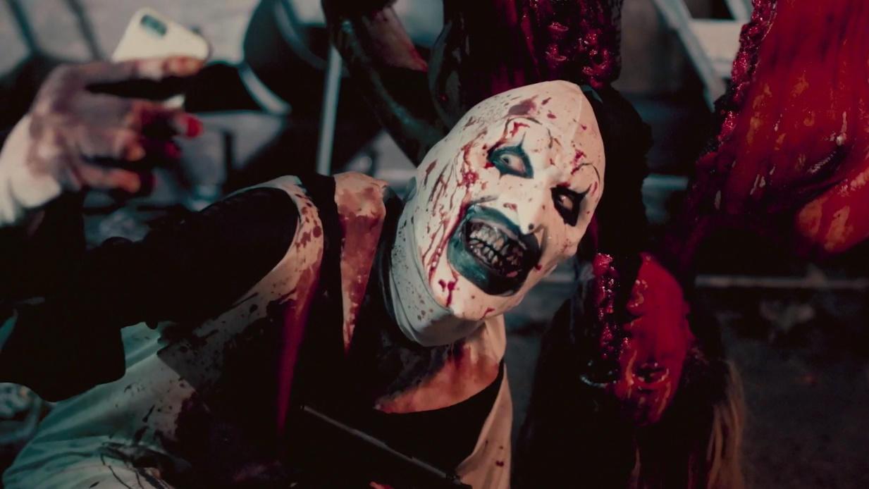 #电影最前线#妙龄少女被杀人小丑捆绑,意图不轨,下一秒让人惊悚!