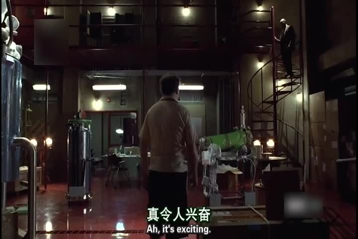 弗林从楼梯上走了下来,开始跟盖尔谈话,盖尔介绍着自己的产品