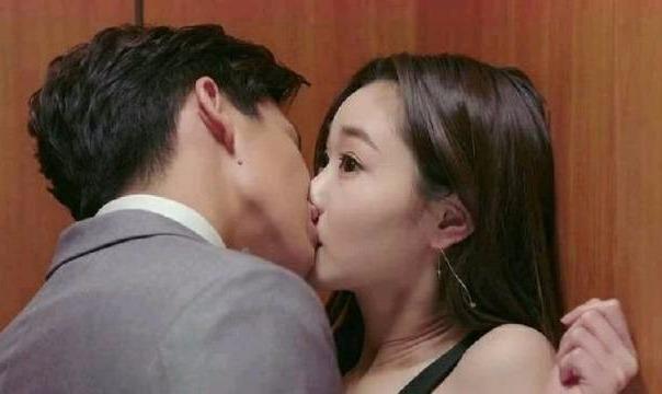 #一起看电影#霸道总裁太爱灰姑娘,终于毫不控制荷尔蒙,一嘴吻了上去
