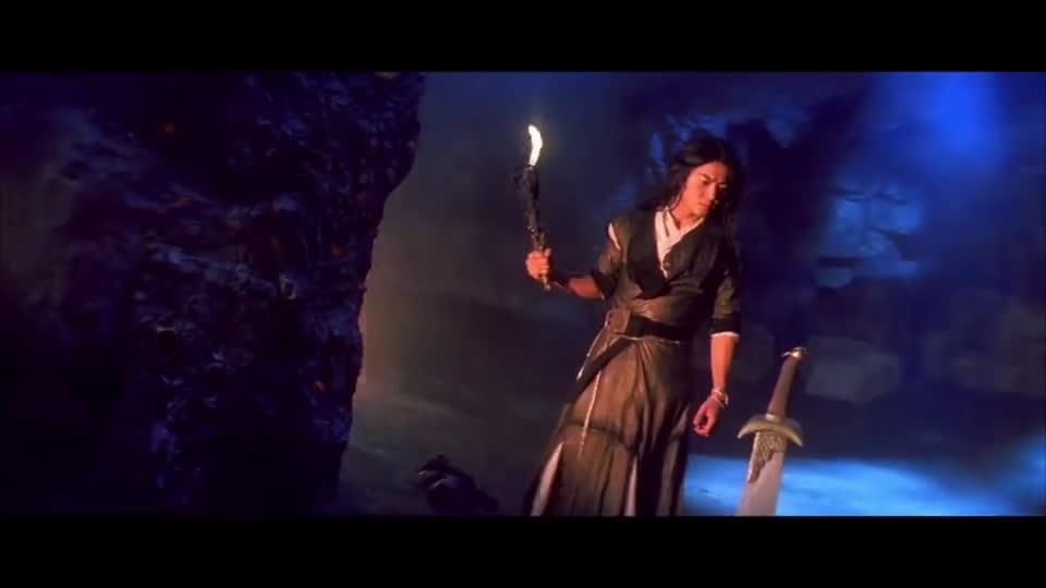 #经典看电影#堂主在山洞中找到血菩提,可手下却想立大功,暗地下毒药把他解决