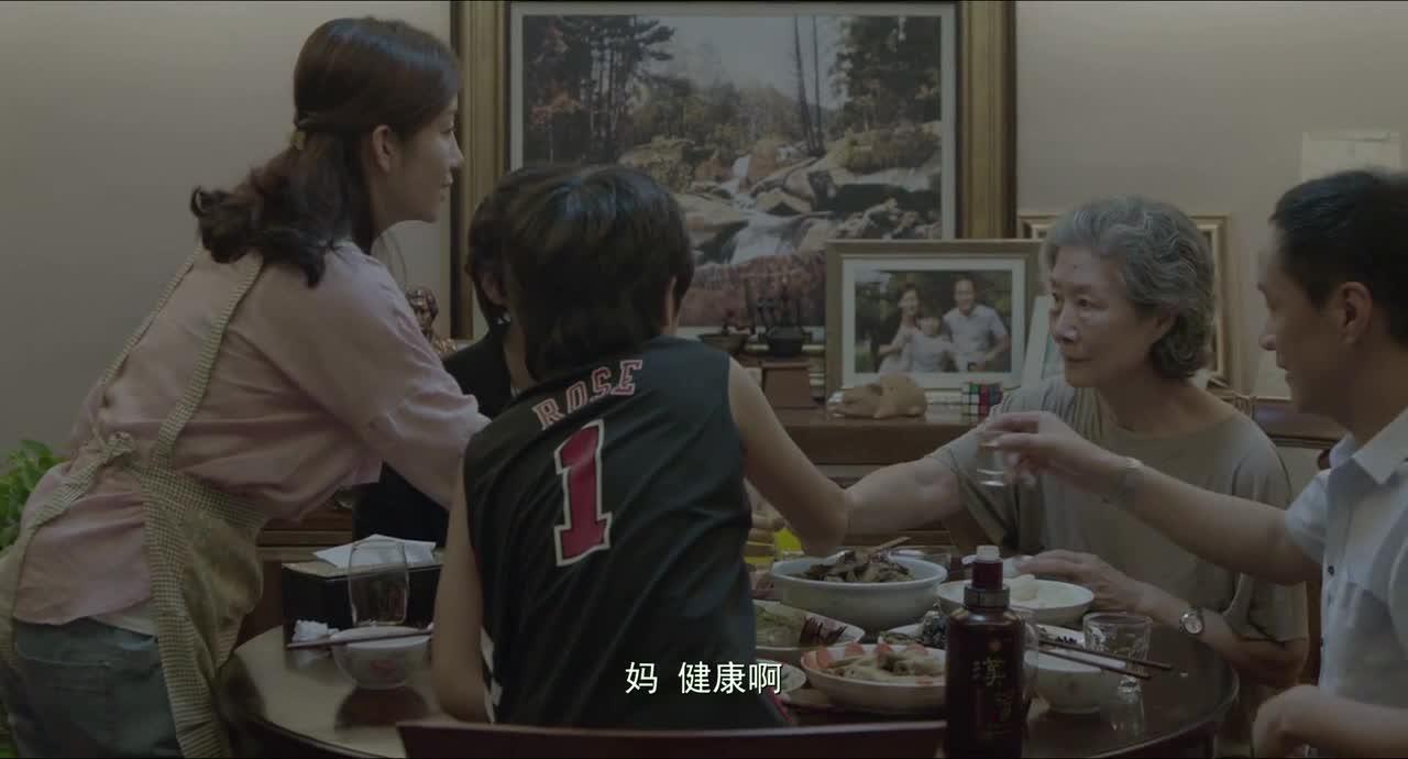 一家人吃团圆饭,老人举止反常,儿女不解