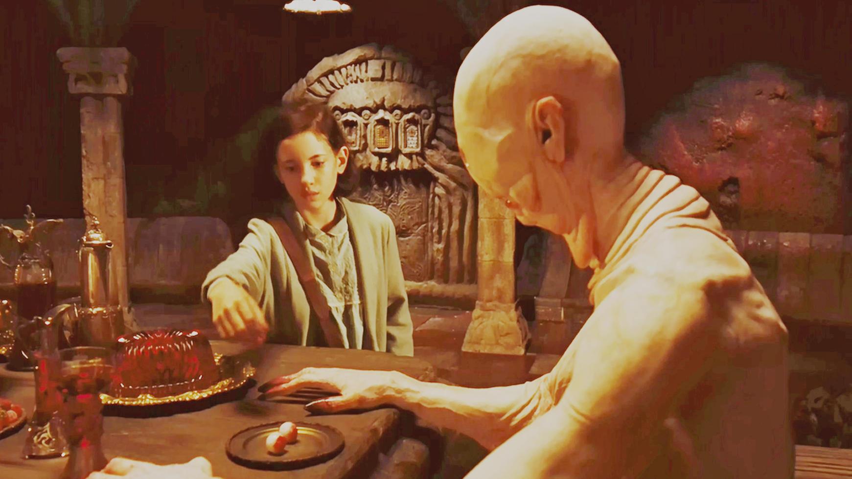 #惊悚看电影#小女孩来到一所宫殿,偷偷尝了一颗食物,没想到唤醒了沉睡的恶魔