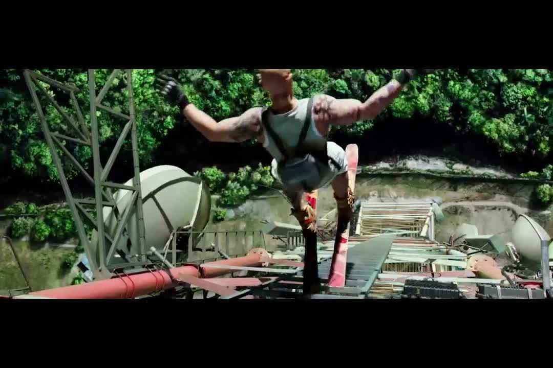 小伙爬上高塔,当着警察的面戏耍他们,滑板都玩出火花了