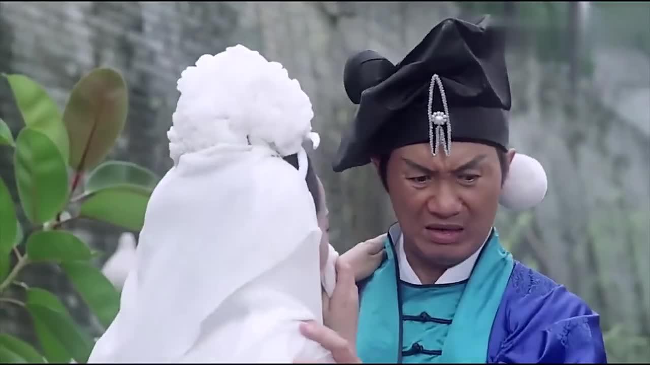 #电影片段#潘金莲在武大郎的坟前向武松投还送抱,气得大郎直接从坟里跳出来
