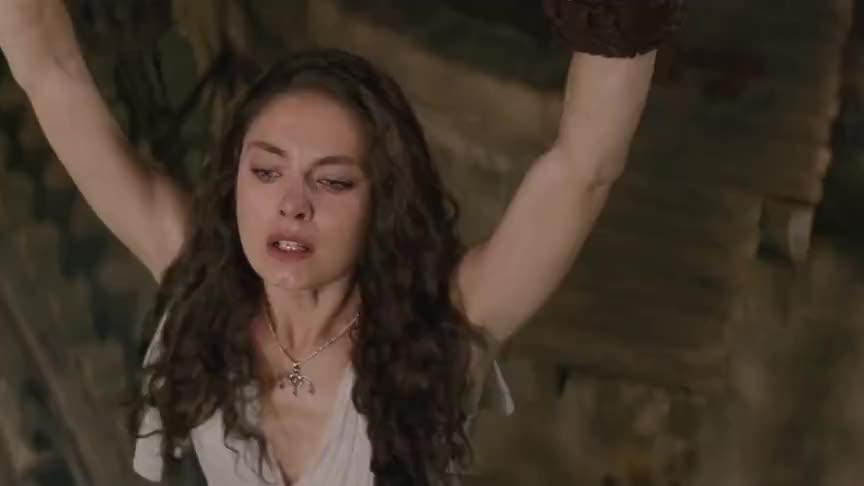 珀尔修斯对着北海巨妖拿出美杜莎的头,他将北海巨妖石化