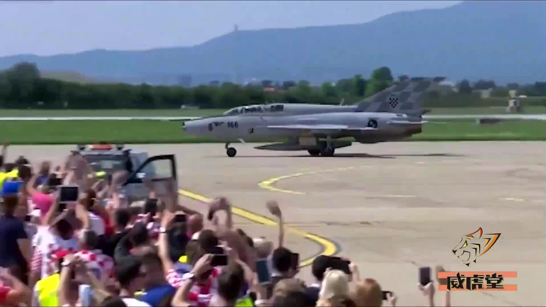 """#军事#嫉妒么?克罗地亚队夺世界杯亚军回国米格-21升空""""护驾"""""""