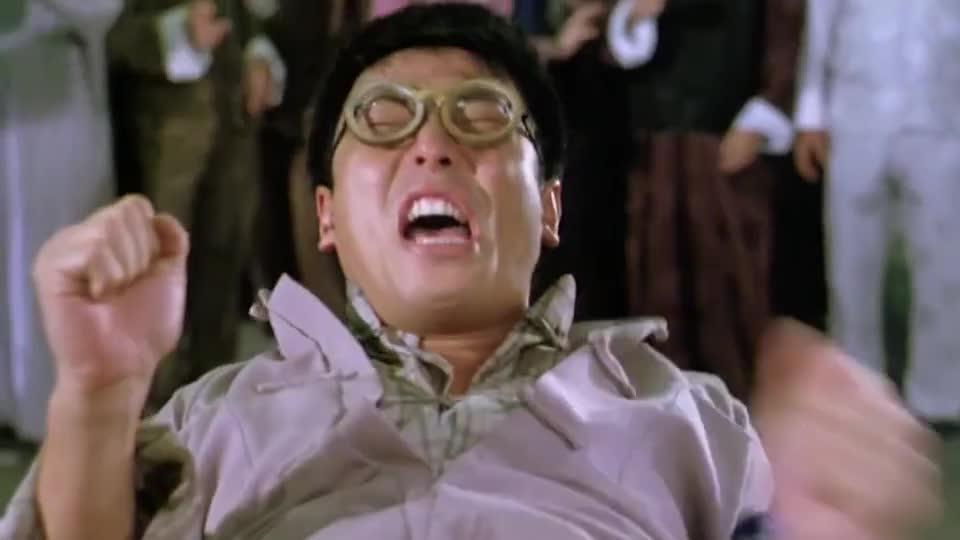 """#电影迷的修养#也太惨了吧!林正英徒弟被僵尸下了""""降头"""",表演生吞大棍"""