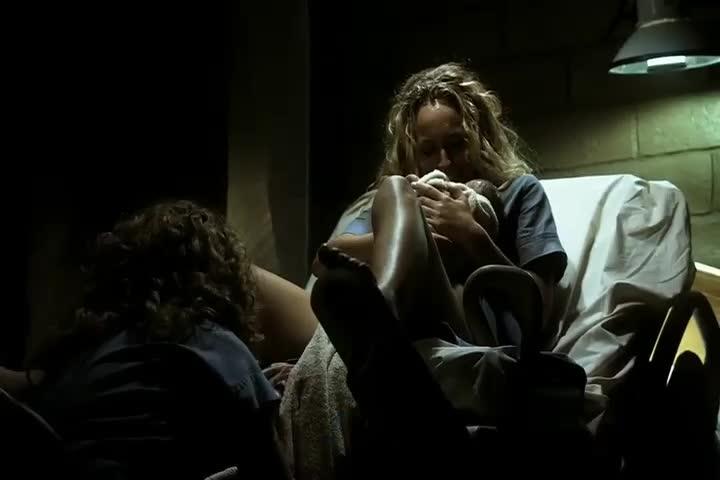 女子被困,刚生下一个小孩就被强行抱走,太残忍了!
