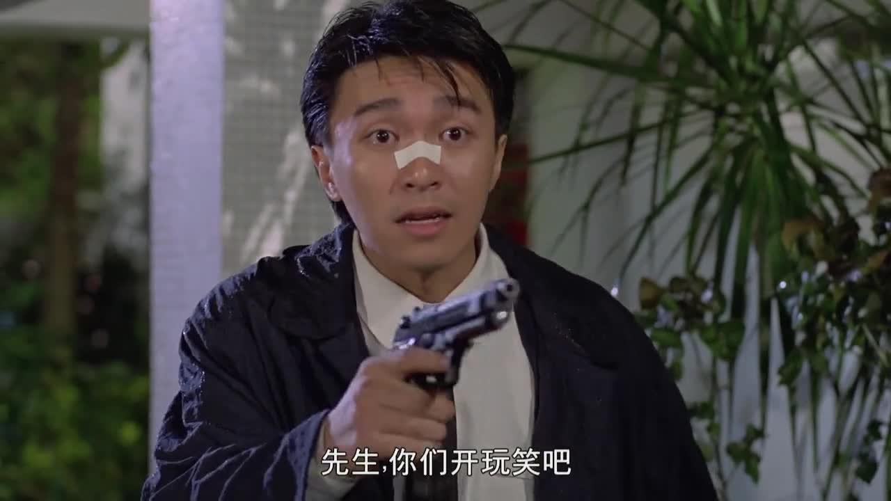 小伙看到白富美有危险,连忙上去帮忙,对方看到手里武器瞬间怂了!