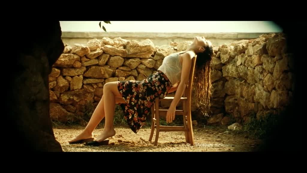 美女经常独自在家,却不知道早已被人盯上,真危险