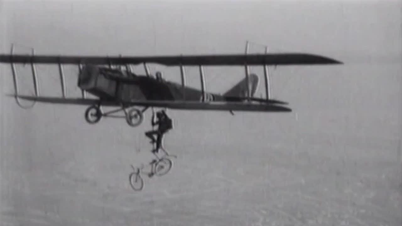 20年代空中特技表演,携带自行车跳伞,这也没谁了
