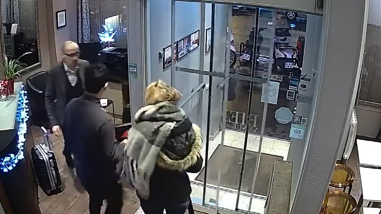女子正在酒店前台登记,监控却拍下无耻的一幕