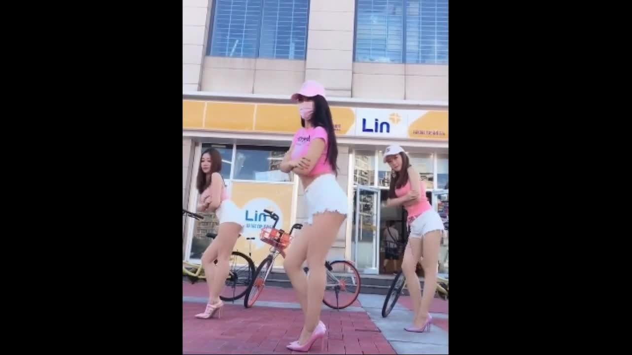 美女街头鸭子舞,你喜欢哪个