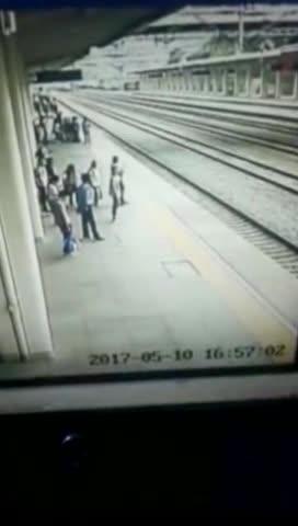 千钧一发!女大学生动车进站瞬间跳轨 客运员死命拽回