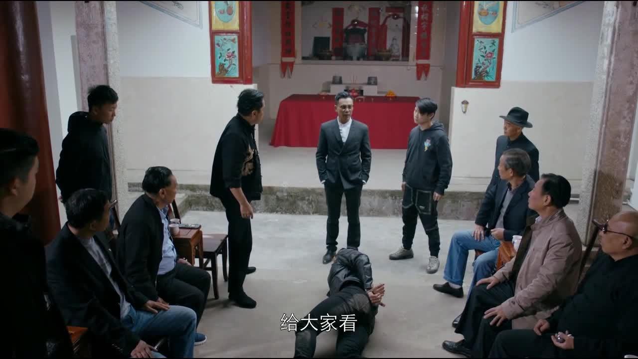 #电影最前线#香港黑社会选举大哥,不料警察早已得到消息,破门而入!