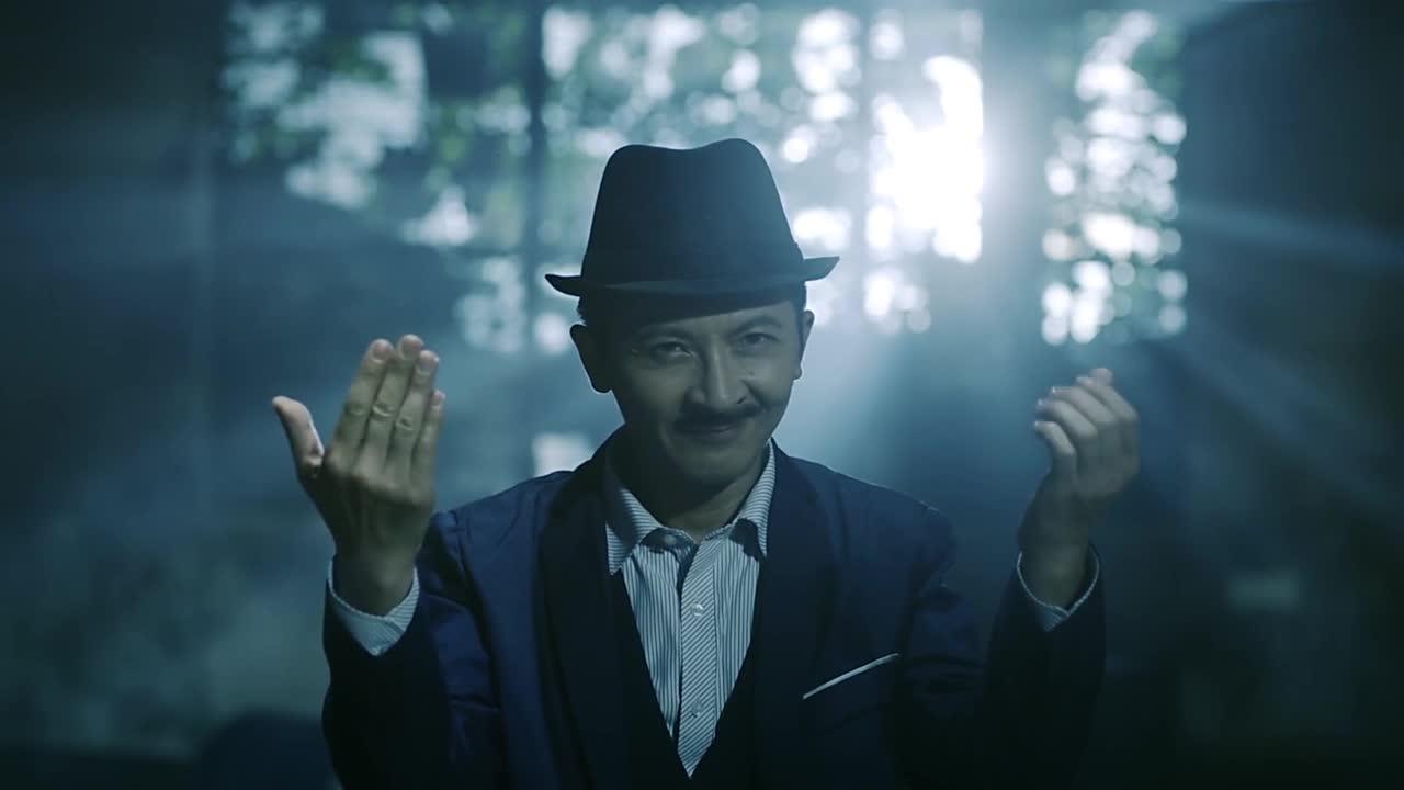 男子当着小伙面变魔术,凭空变出一团火,小伙想试试结果烧了手
