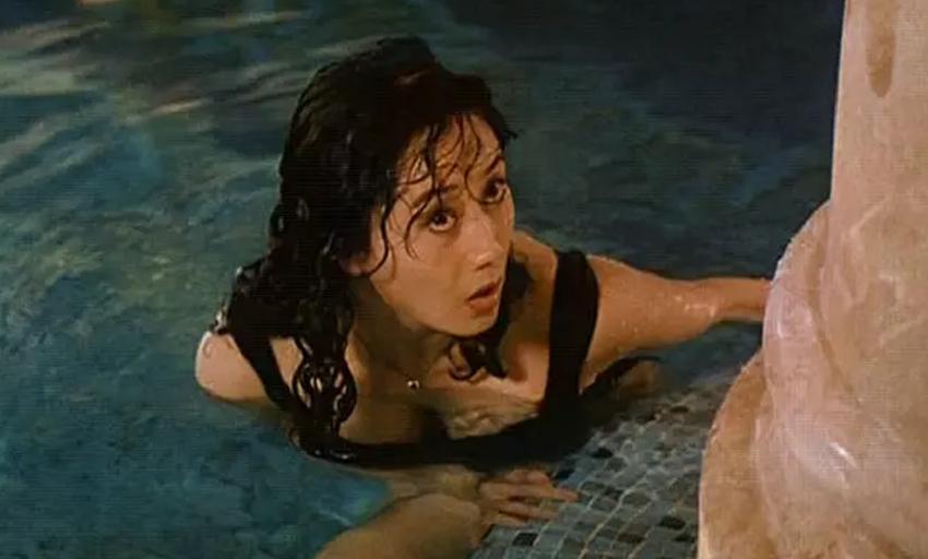#经典看电影#利智泳装大秀身材被表哥发现,关之琳却换衣服故意给年轻小伙偷看