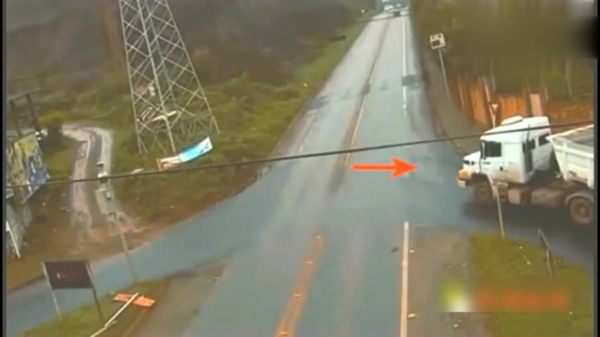 大货车停下观察好久,最终决定前行,没想到下一秒惨遭截杀