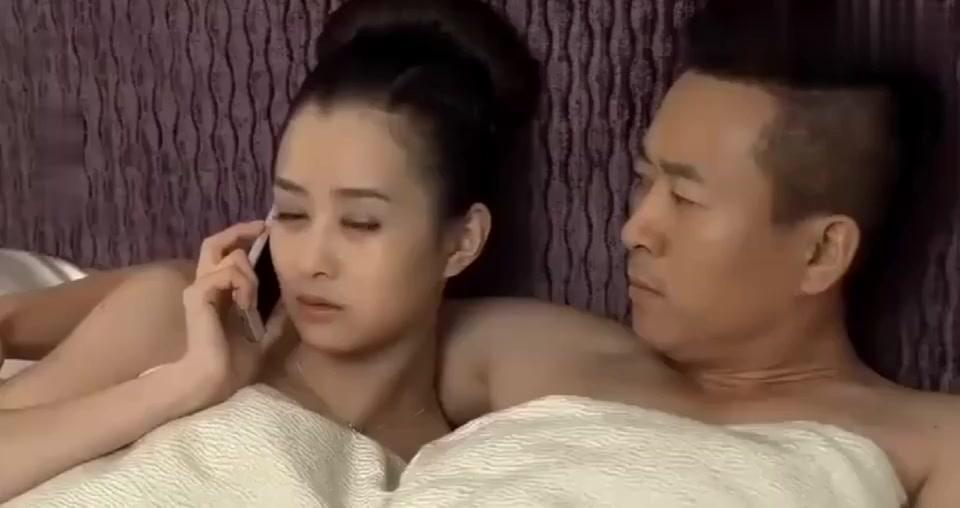 少妇和丈夫通电话,明明和别人在一起,却撒谎骗丈夫