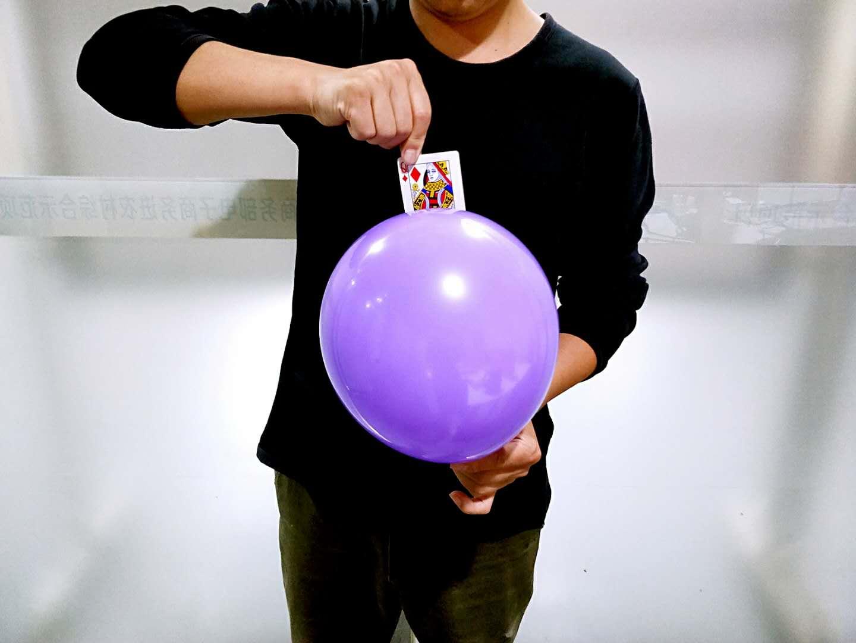 #魔术教学#刘谦表演过的扑克牌隔空穿进气球,骗过了大家10年,原来很简单