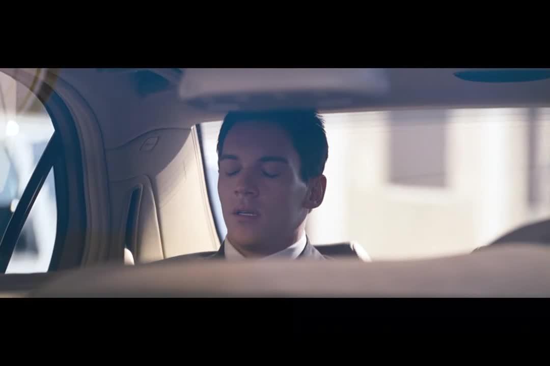 司机帮小伙排忧解难,小伙一抬头笑了,原来是多年未见的朋友