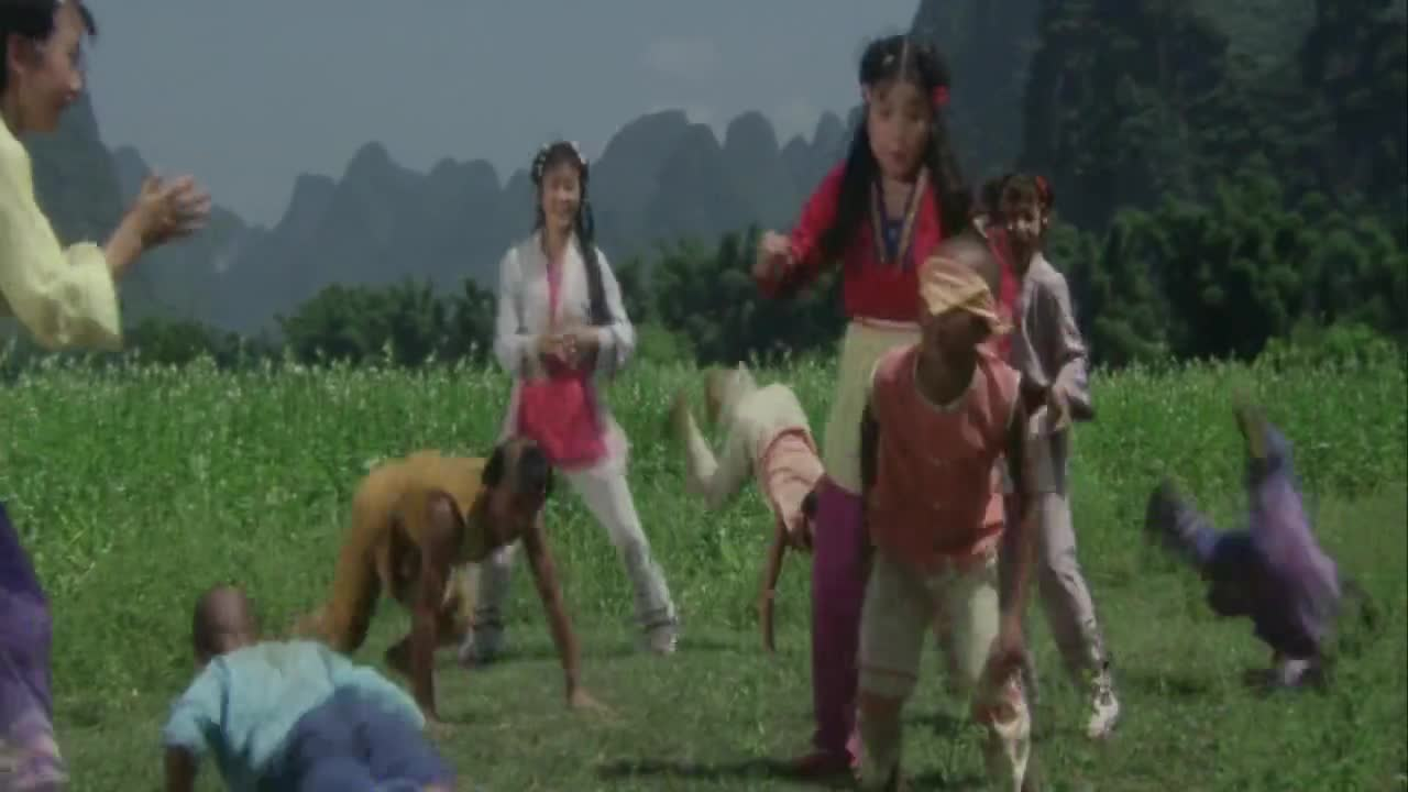 龙家小子与鲍家姐妹比武,借机吃豆腐,接下来一幕让他们躲闪不及