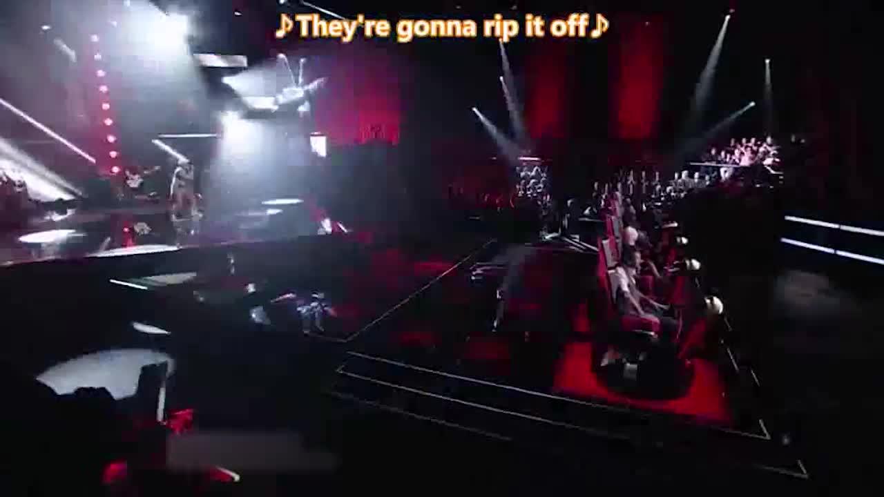 他在台上唱的很投入,观众们为他鼓掌,导师们也开始转身
