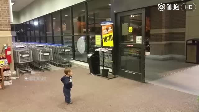 小宝宝第一次见到自动门时眼里充满了神奇,小表情萌化了