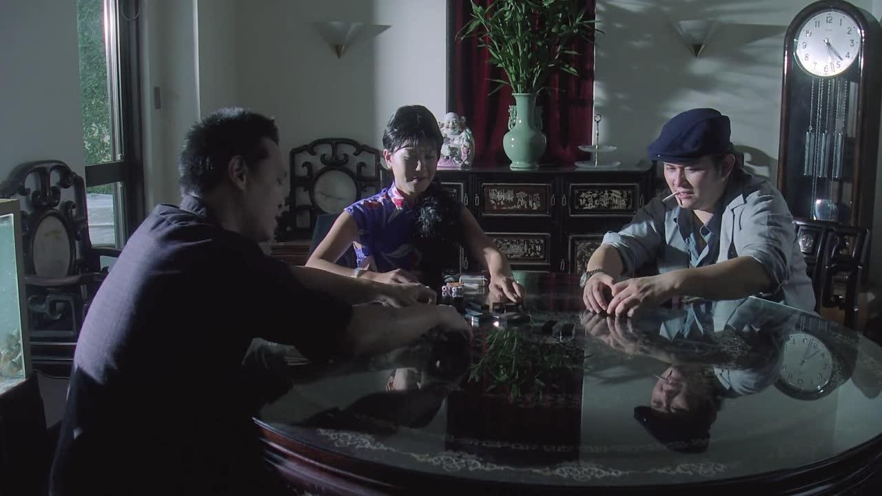#电影片段#女儿被黑帮大佬欺负,亲妈却在楼下打麻将,一句话都不说
