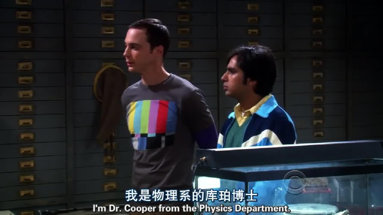 三个男子悄悄潜入教授办公室,没想到教授突然开门进来,糗了