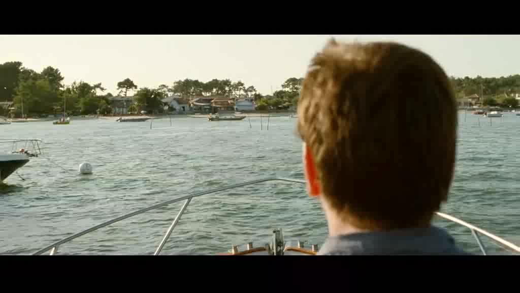 男子将轮船开上了海滩