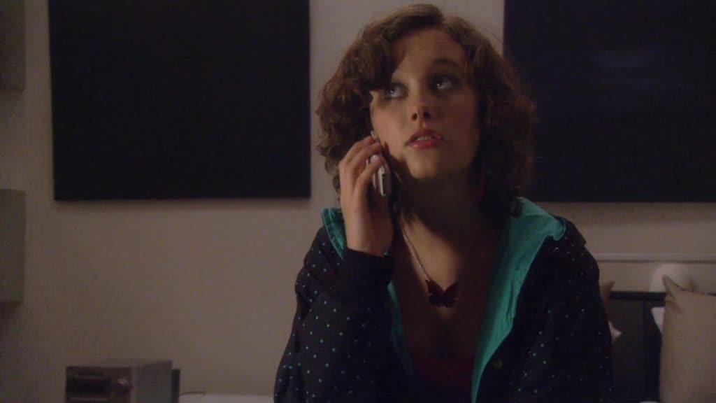 女孩一个人在家很无聊,给谁打电话呢