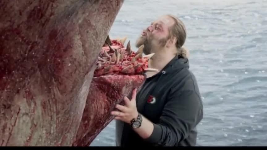 #巨齿鲨#男子和战利品巨齿鲨合影,过了一会他们就有危险了