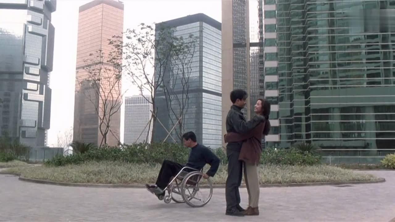 #经典看电影#张国荣和美女动情接吻,周润发却在一旁玩轮椅