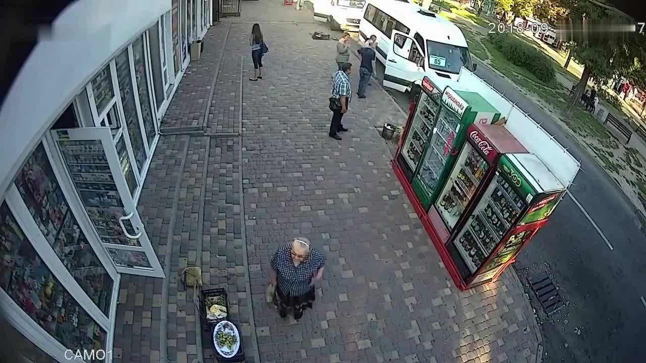 人行道上突然出现一辆车, 所有人都在逃命, 这位老太太可怜了