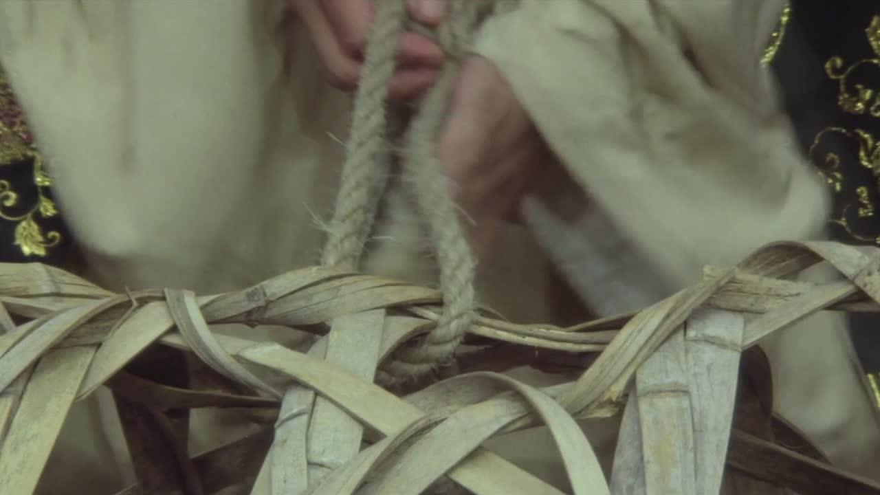 #电影片段#三风犯了错误被浸猪笼,众人不去救,竟然这样做