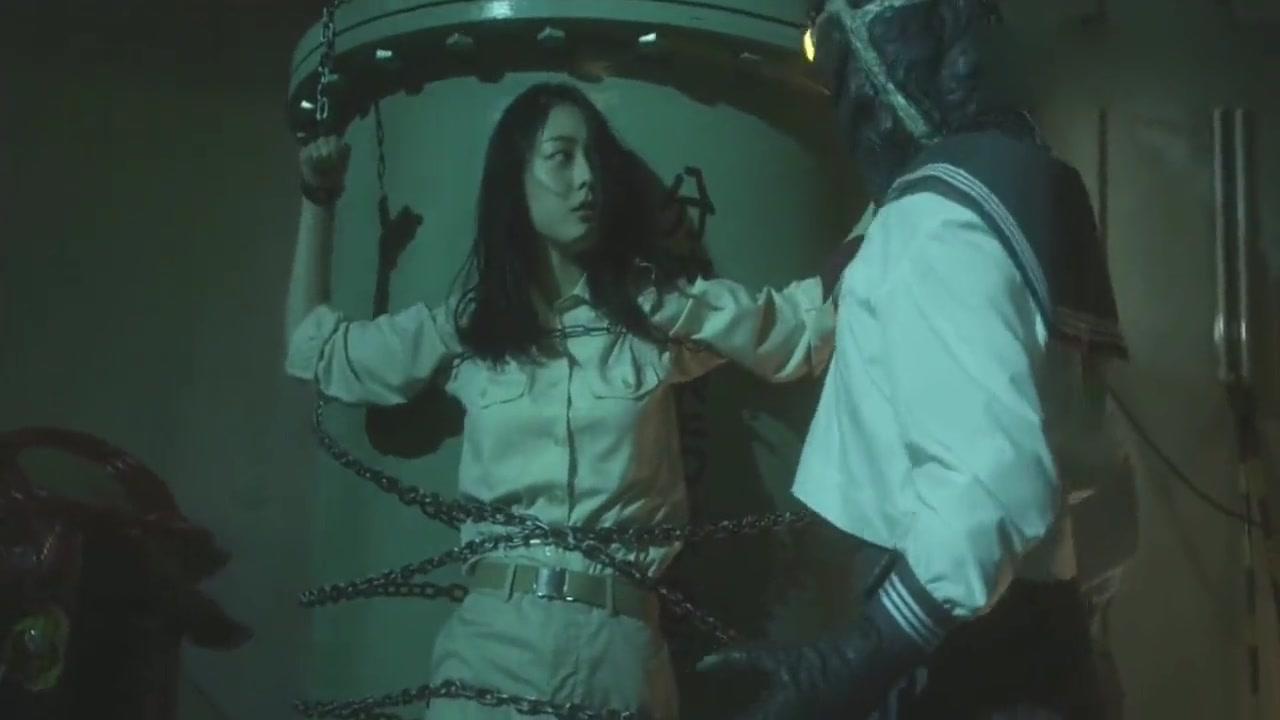 #追剧不能停#美女被绑架,还被铁链捆绑着,可恶的外星人却在旁边换服装!