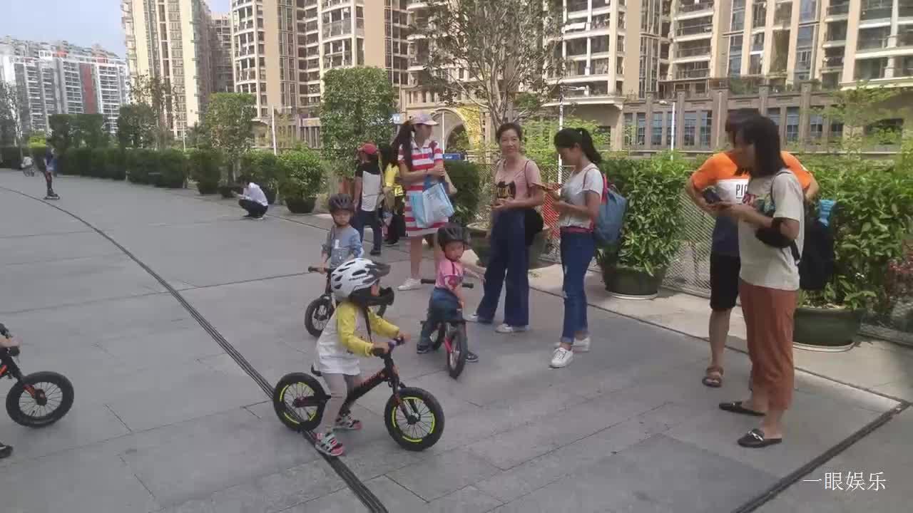 实拍幼儿们骑自行车,动作稚拙说话奶声奶气,有趣好玩