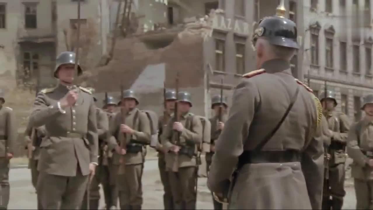 德皇威廉二世到前线给士兵授铁十字勋章,顺便发表洗脑演讲
